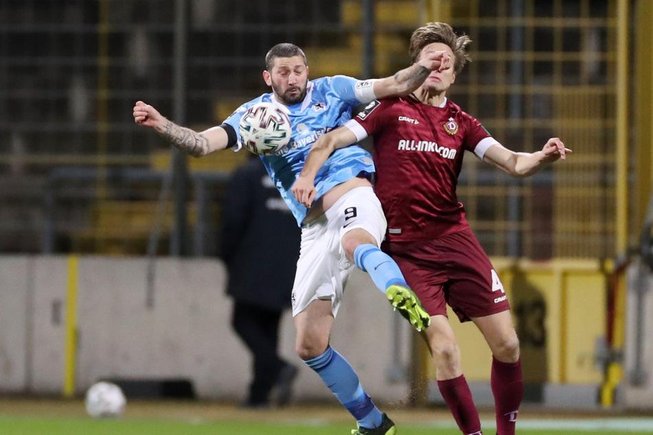 Auge um Auge, Zahn um Zahn. Der Münchner Stürmer-Oldie Sascha Mölders (36) und Dynamos Tim Knipping beharken sich im Zweikampf.