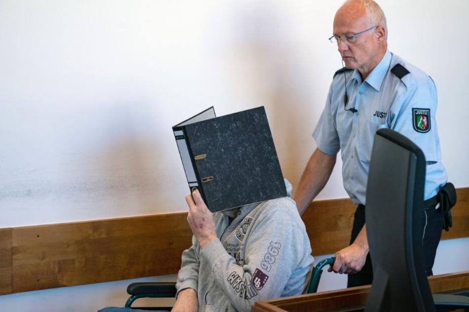 Mit einem Rollstuhl wurde der Angeklagte Andreas V. in den Gerichtssaal gefahren.