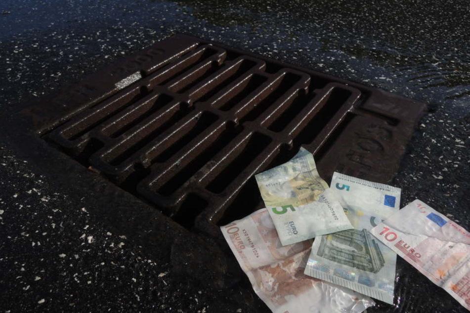 Das Geld lag plötzlich verteilt auf der Straße.  (Symbolbild)