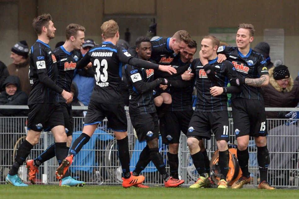 Der SC Paderborn feiert das 1:0 durch Sven Michel.