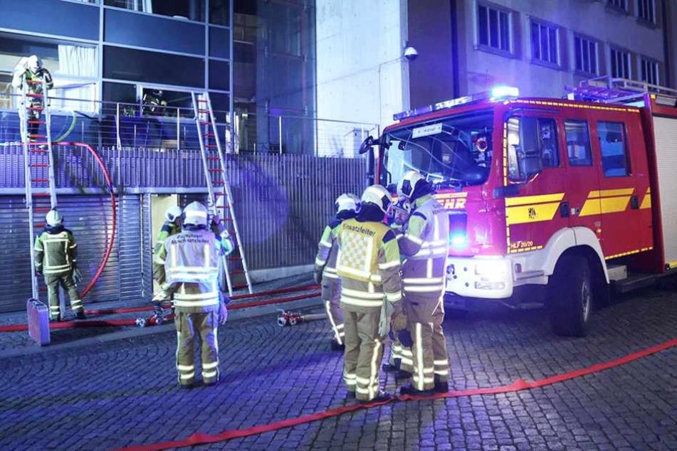 Die Feuerwehr bei den Löscharbeiten am sächsischen Landtag in Dresden.