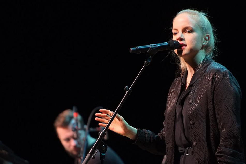 Julia Engelmann am Samstag auf der Bühne der Stadthalle in Chemnitz.