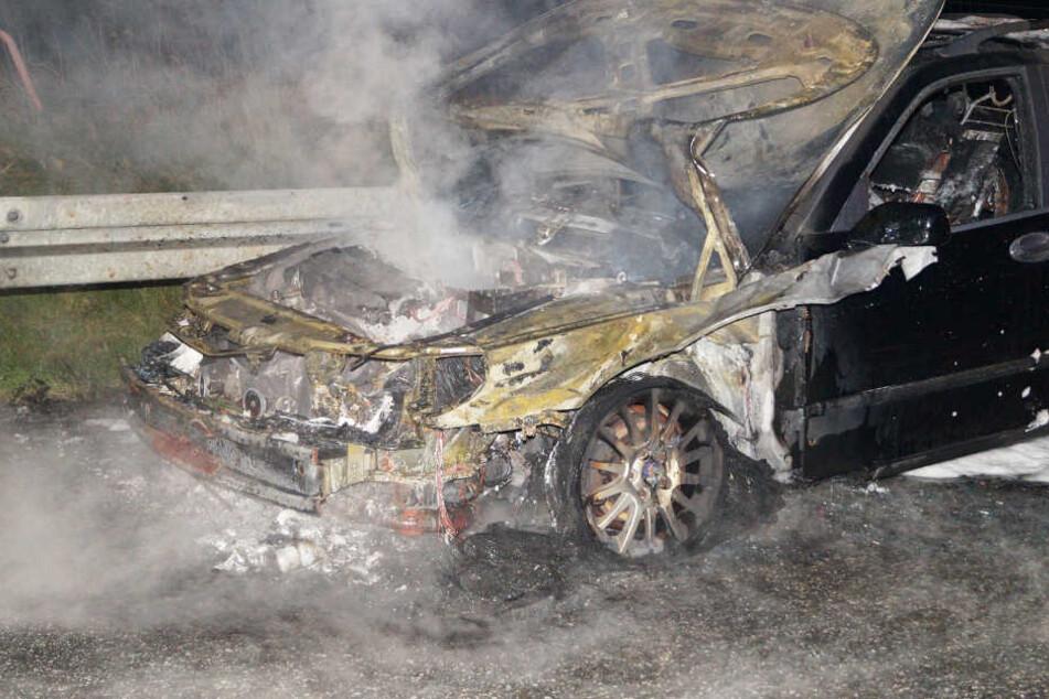 Das Auto brannte auf dem Seitenstreifen komplett aus.