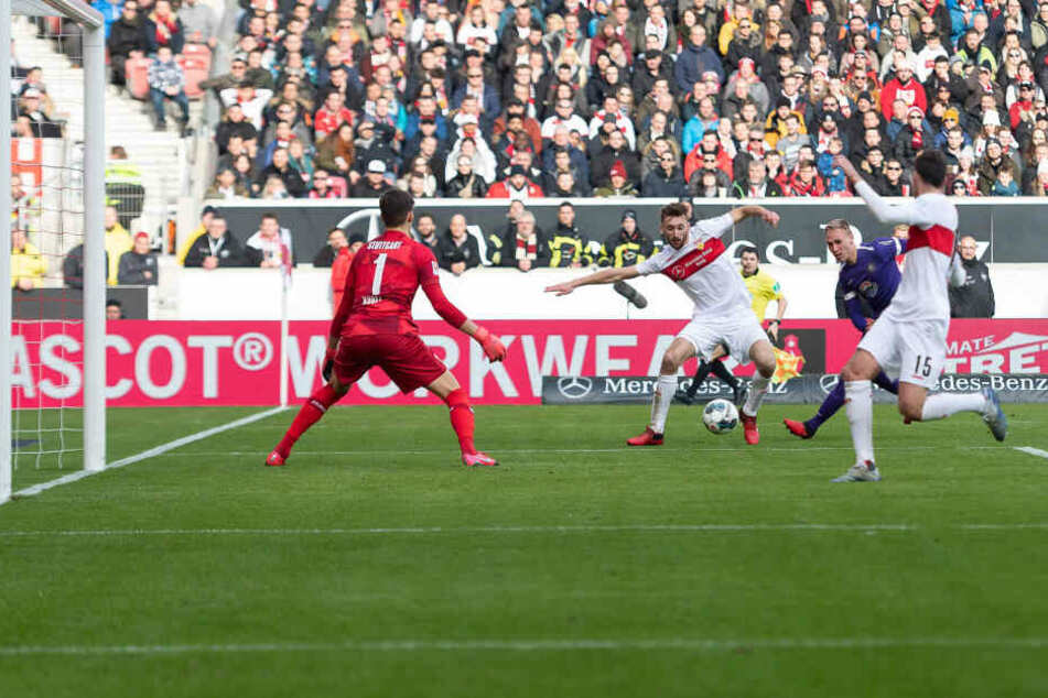 Florian Krüger (2.v.r.) scheitert erst an VfB-Keeper Gregor Kobel, leitet dann die beste Auer Chance ein.