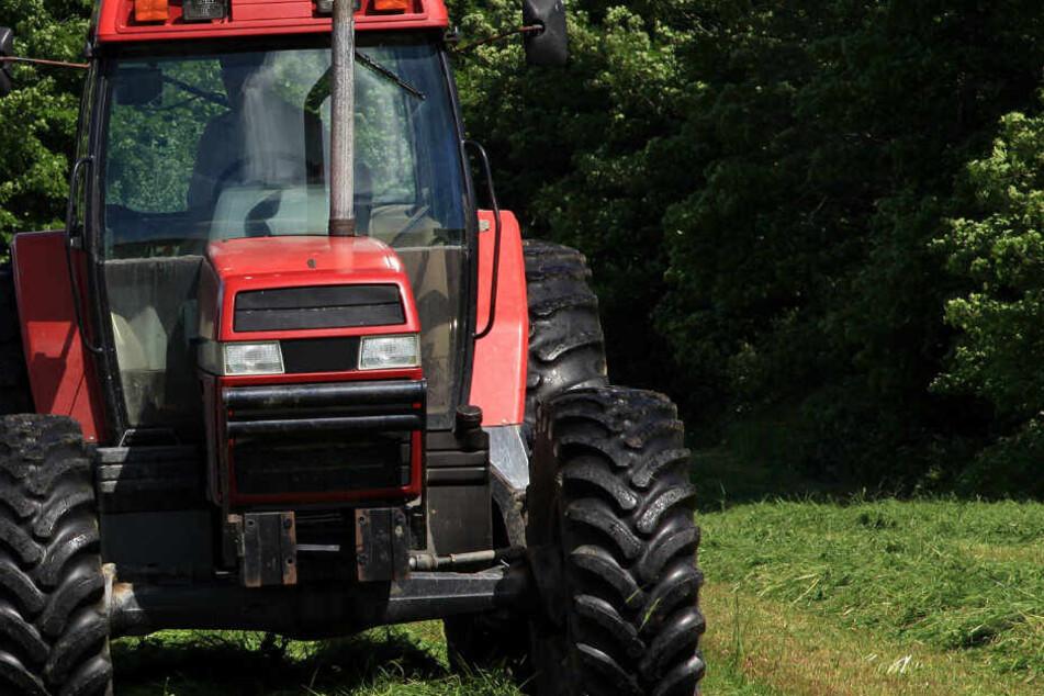 Der Traktor kippte durch den Zusammenstoß zur Seite. (Symbolbild)
