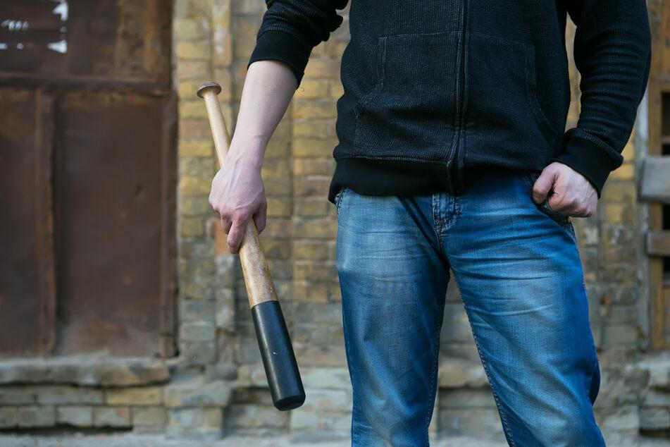 Im Nürnberger Stadtteil Kornburg ist ein 47-Jähriger mit einem Baseballschläger auf einen Techniker losgegangen.