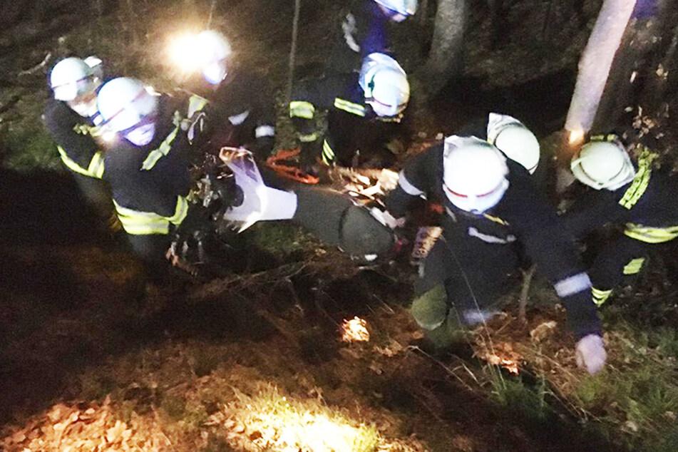 Kein Handynetz: Motorradfahrer fliegt im Wald in Böschung, kann keine Hilfe rufen!