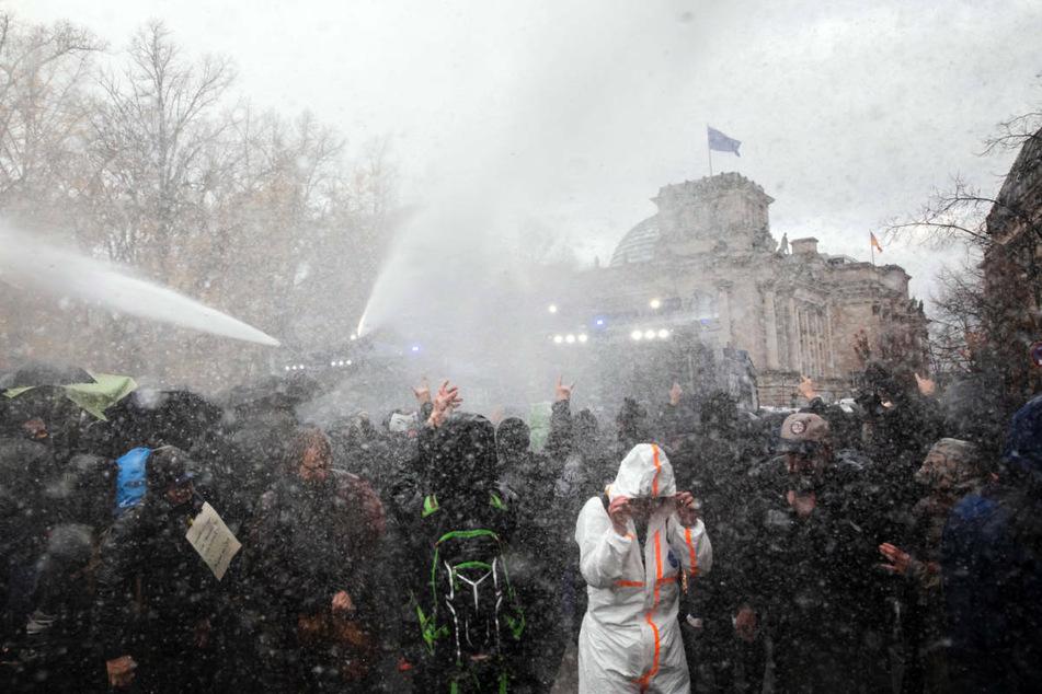 Berlin: Pfingsten in Berlin: Polizei bereitet sich trotz Verbot mit Großeinsatz auf Demos vor