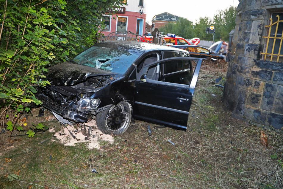 Der VW-Fahrer (34) und sein 31-jähriger Beifahrer wurden bei dem Crash schwer verletzt.