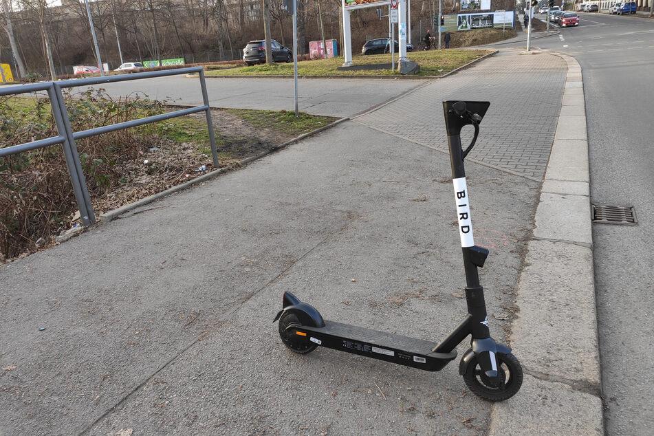 """In Chemnitz gibt es seit Februar einen neuen E-Scooter-Anbieter namens """"Bird"""". Wie fahren sich die Roller? TAG24 hat es getestet!"""