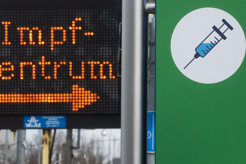Ein Weghinweis zum Impfzentrum in Hannover. In Deutschland haben fast 27 Prozent der Bevölkerung eine Impfung gegen das Coronavirus erhalten.