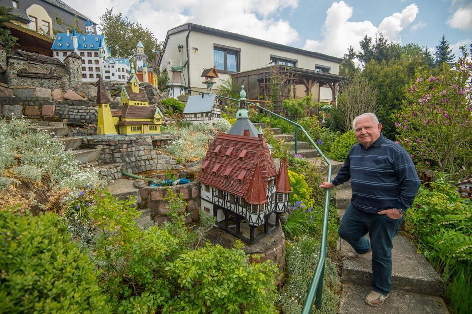Hans-Peter Reuther (78) aus Neukirchen hat eine Vielzahl von Sehenswürdigkeiten in seinem Garten nachgebaut.