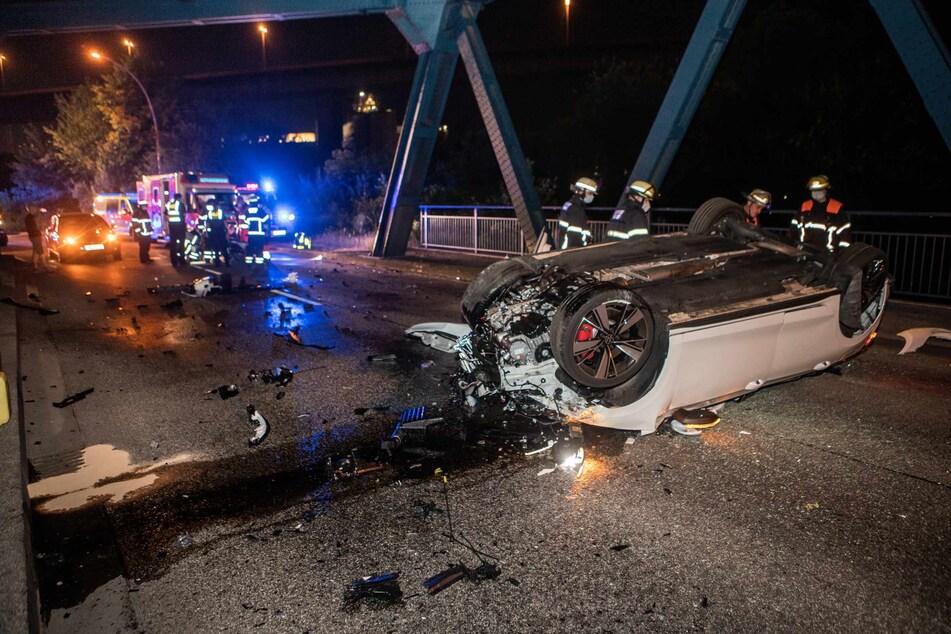 Das Auto streifte den Brückenpfeiler und überschlug sich.