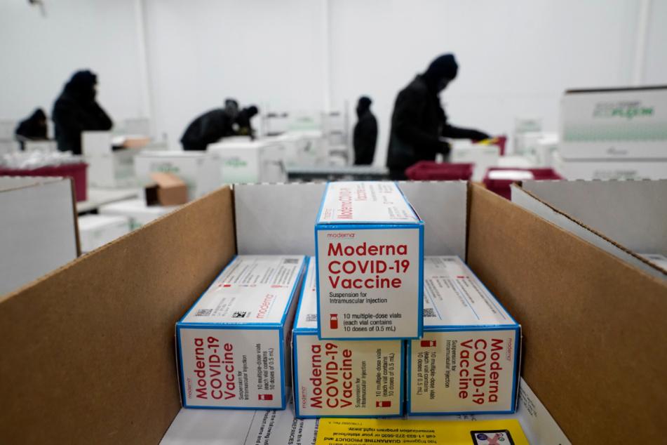 USA, Olive Branch: Kisten, die Corona-Impfstoff des US-Biotech-Unternehmens Moderna enthalten, werden im McKessen-Vertriebszentrum für den Versand vorbereitet.