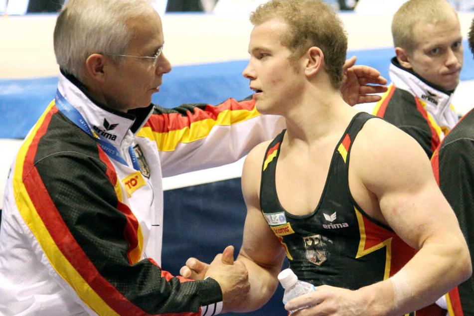 Das Foto zeigt Fabian Hambüchen (links) mit seinem Trainer Andreas Hirsch bei der Turn-WM in Japan 2011.