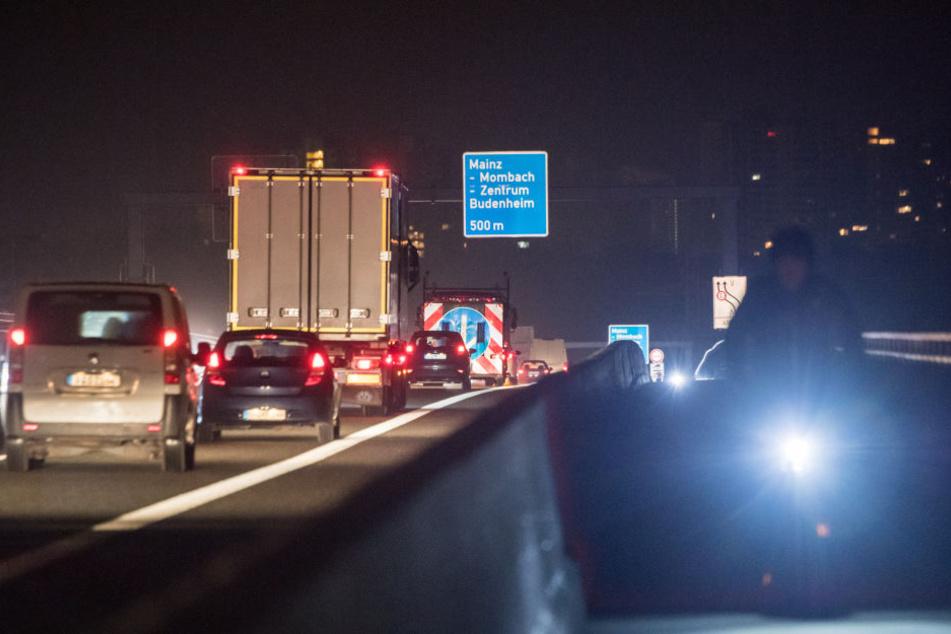 Am Morgen des Montags rollt der Verkehr wieder auf der neuen Schiersteiner Brücke.