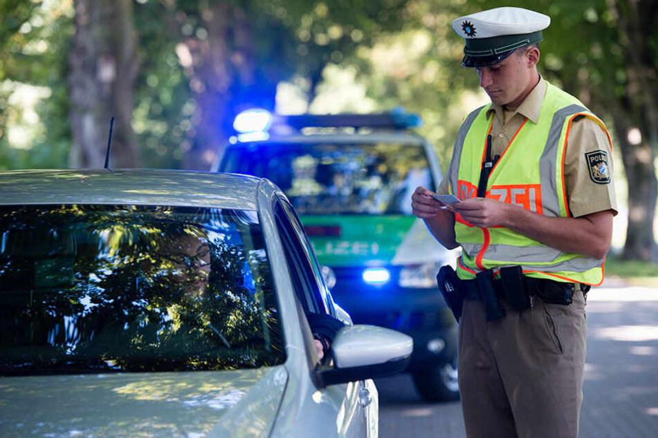 Bei einer Polizeikontrolle ist den Beamten ein Illegaler ins Netz gegangen, der mit gefälschten Dokumenten unterwegs war.