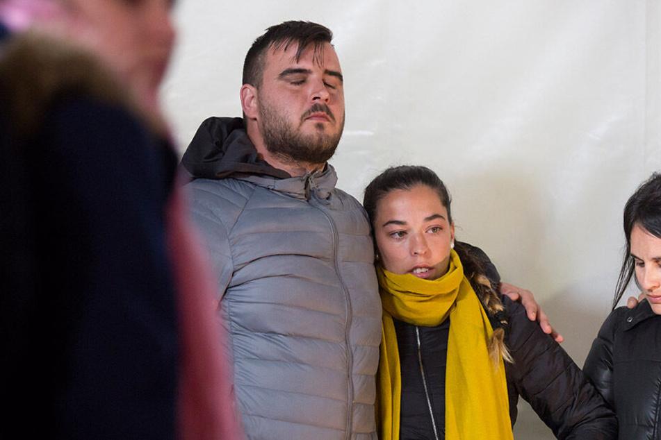 Jose Rosello (l.) und Vicky Garcia (M.) beten, dass ihr Sohn noch lebt.