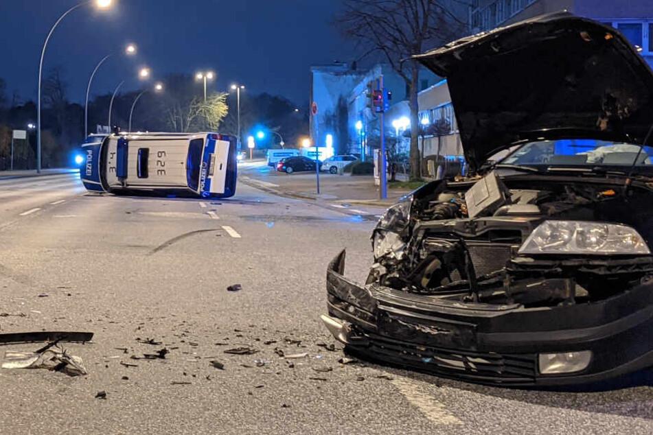 Die Front des Kombi wurde stark beschädigt, im Hintergrund liegt der Wagen der Bundespolizei auf der Seite.