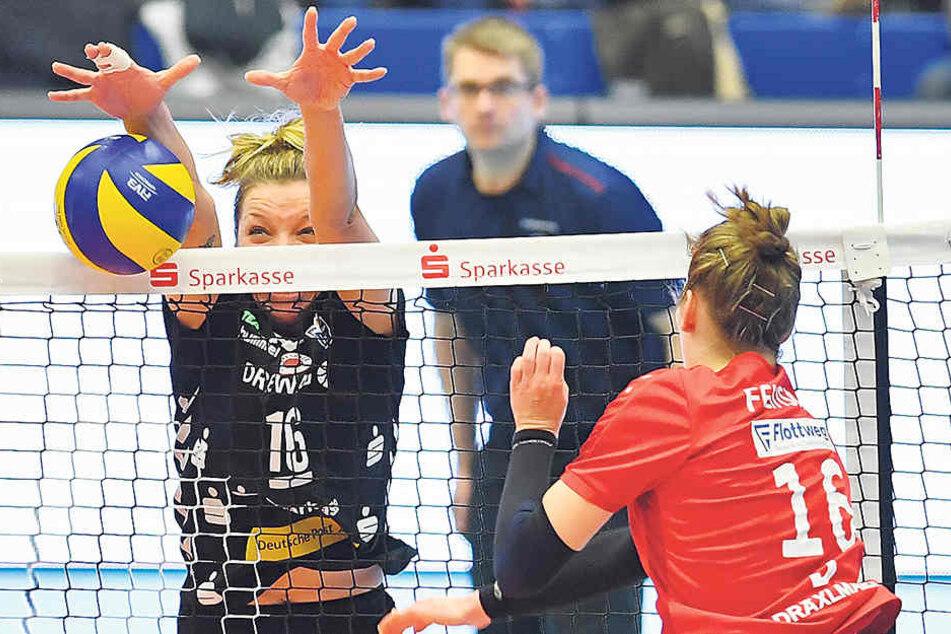 Katharina Schwabe blockt den Angriff von Vilsbiburgs Courtney R. Felinski ab.