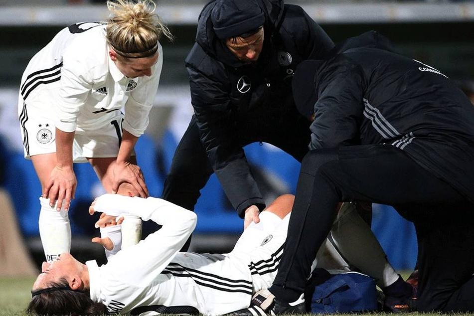 Dzsenifer Maroszan liegt verletzt am Boden. Sie musste vorzeitig ausgewechselt werden.