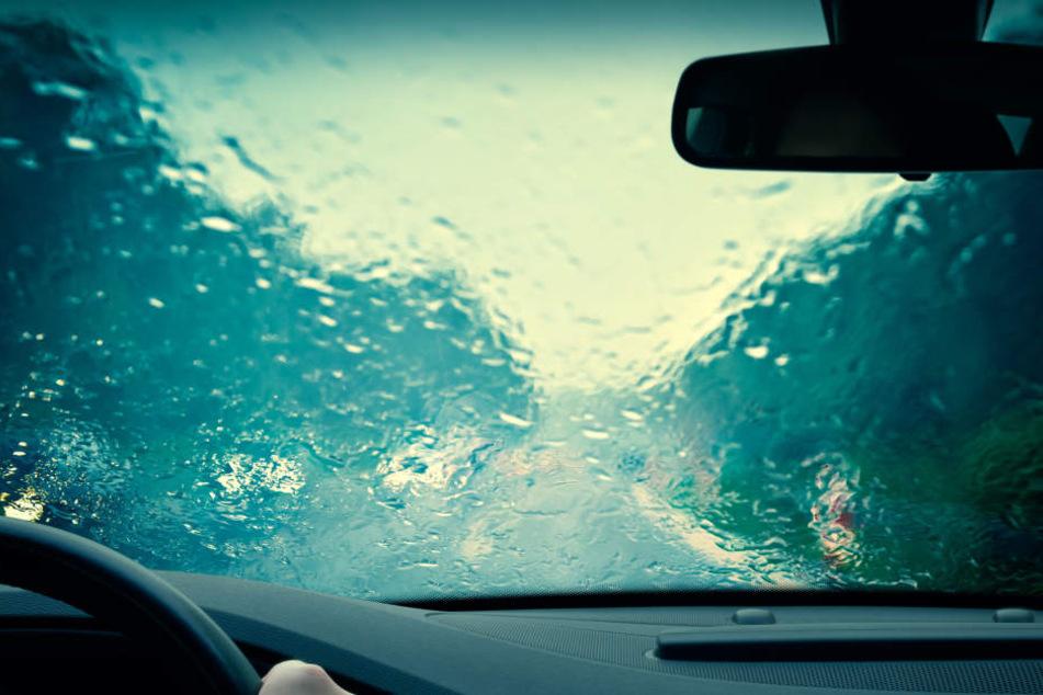 Die junge Frau kam mit ihrem VW von der regennassen Fahrbahn ab. (Symbolbild)