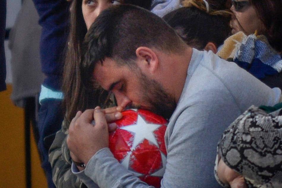 Bei der Beerdigung umklammerte José Rosello den Fußball seines Sohnes fest.