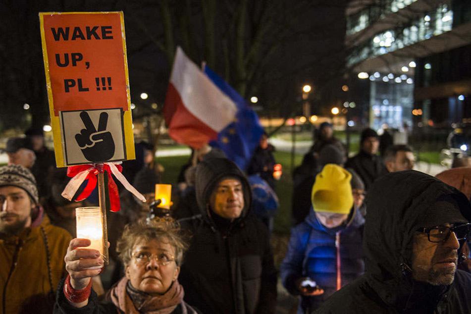 Mit einer Lichterkette protestieren Demonstranten am 14.12.2017 in Warschau gegen geplante Reformen des polnischen Justizsystems.