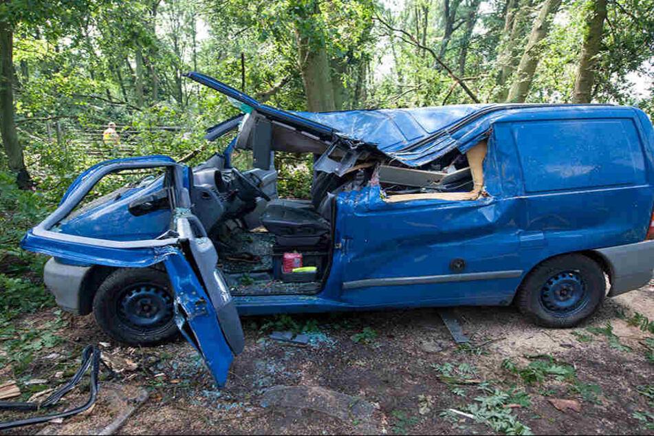 In der Nähe von Uelzen ein ist 50 Jahre alter Mann gestorben. Er wartete am Donnerstag während des Sturms im Auto auf einem Parkplatz in Holdenstedt, als ein Baum auf den Wagen stürzte.