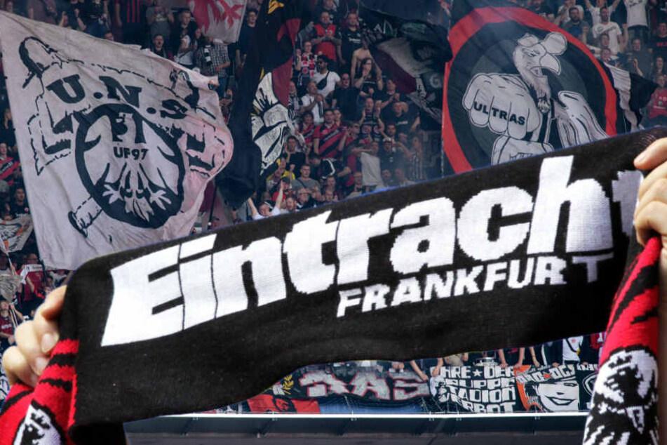 Aus absurdem Grund! Eintracht-Fan würgt Vordermann im Stadion mit Schal