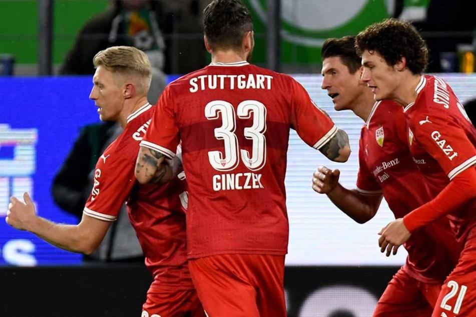 Mario Gomez (2.v.r) bejubelt sein Tor zum 1:1 gegen den VfL Wolfsburg mit Andreas Beck (l), Daniel Ginczek und Benjamin Pavard (r).