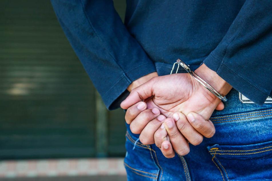 Der Mann versuchte nicht nur zu flüchten, gegen ihn lag auch ein Haftbefehl vor. (Symbolbild)