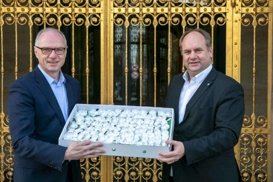 Der Sebnitzer Bürgermeister Mike Ruck (55) übergab am Rathaus 2000 weiße Rosen an Dresdens OB Dirk Hilbert (48, FDP) für die Gedenkfeierlichkeiten am 13. Februar.
