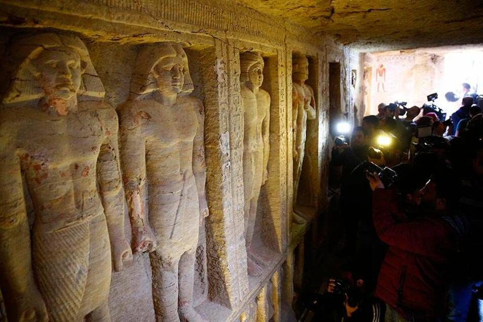Sensationsfund nahe der ägyptischen Hauptstadt Kairo: Archäologen sind an der Stufenpyramide in Sakkara auf ein Tausende Jahre altes Grabmal gestoßen.