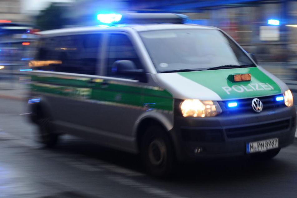Brutaler Angriff: Mann schleudert Opfer (28) Krücke und Pflasterstein an den Kopf