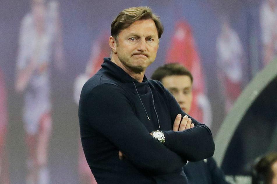 Böse Mine zur schlimmen Klatsche: Trainer Ralph Hasenhüttl verlor am Montag gegen Verfolger Leverkusen 1:4 und musste die Werkself vorbeiziehen lassen.