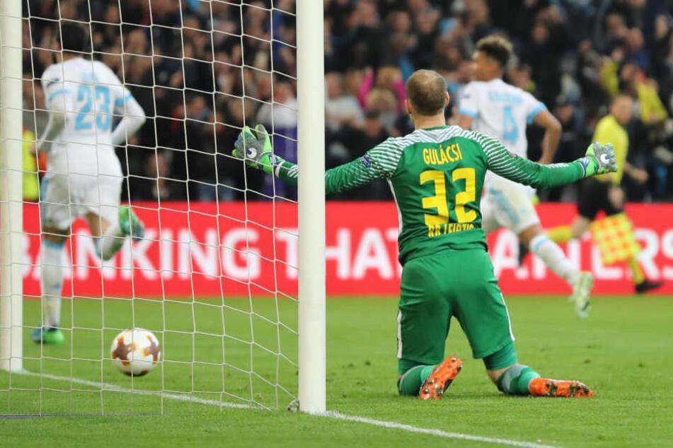 Am Boden kniend, die Arme ausgebreitet, Fassungslosigkeit: Torhüter Peter Gulacsi hat mit RB Leipzig nach 1:0-Führung noch 2:5 in Marseille verloren und ist aus der Europa League ausgeschieden.