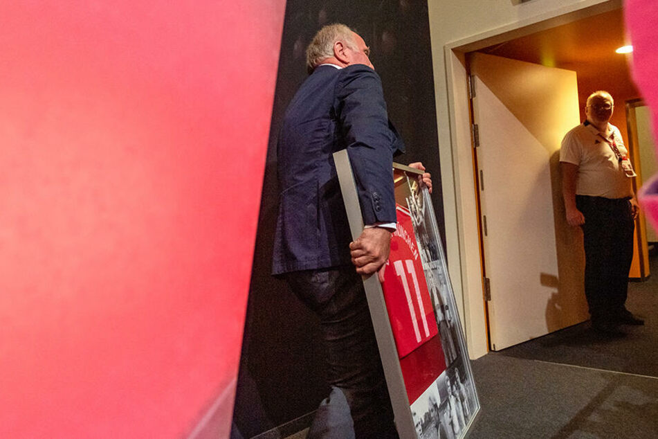 Uli Hoeneß verlässt die Pressekonferenz.