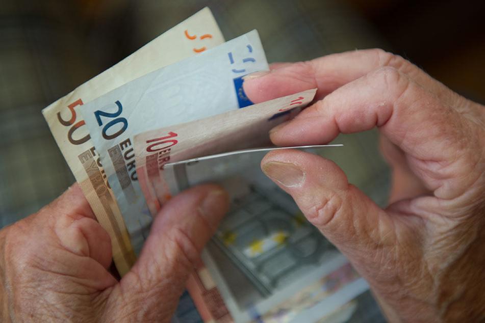 Da ging dem Dieb ein dicker Fisch ins Netz: Der Rentner hatte mehrere tausend Euro Bargeld bei sich.