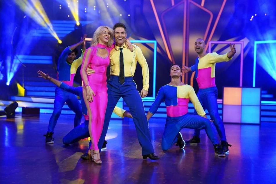 """Mit den anderen Profi-Tänzern zusammen eröffnete Oana Nechiti das """"Let's Dance""""-Finale."""