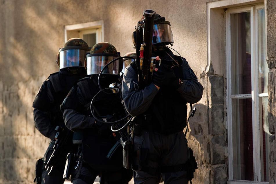 Bundespolizei im Anti-Terror-Einsatz: Beamte stürmten Wohnungen in Dresden und Plauen. Ein Syrer wurde festgenommen.