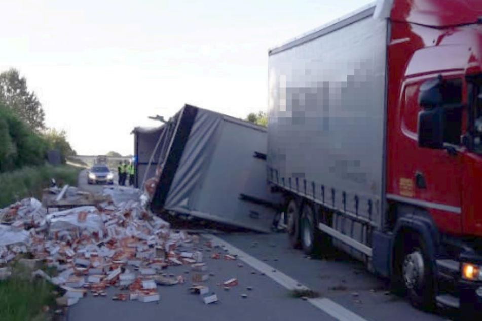 Lkw-Fahrer musste Tier ausweichen! Hier liegen 12 Tonnen Wurst auf der Autobahn