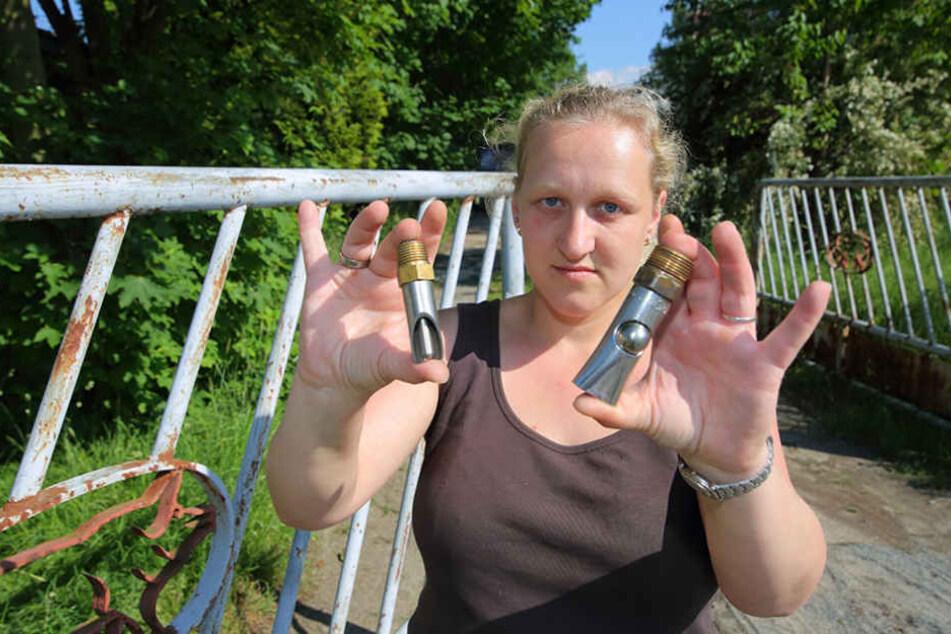 Landwirtin Janet Schindler (33) zeigt Nippeltränken, die gestohlen wurden.
