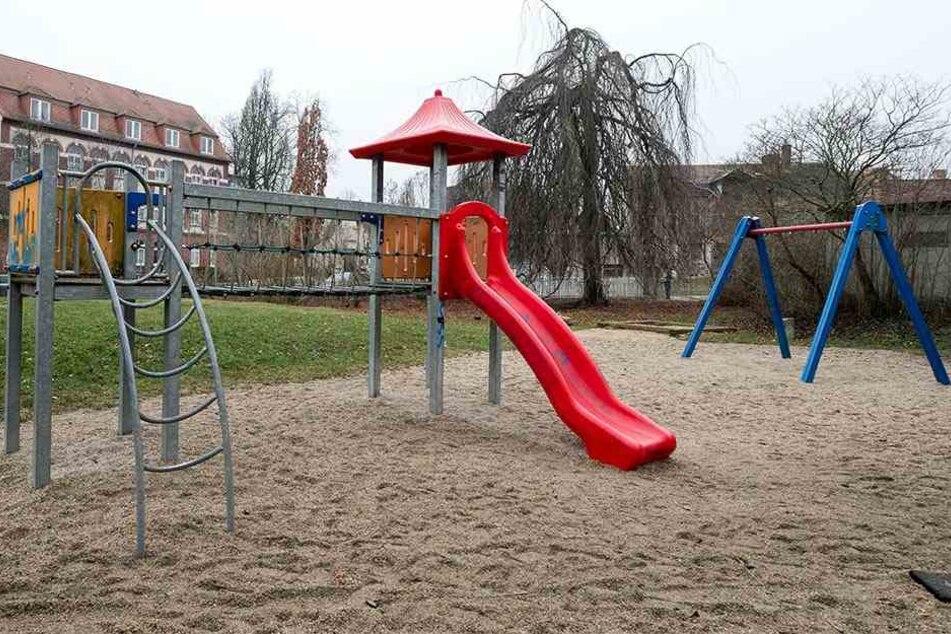 Beschmiert und demoliert - lange wird die Rutsche am Spielplatz im Rosengarten nicht mehr bleiben.