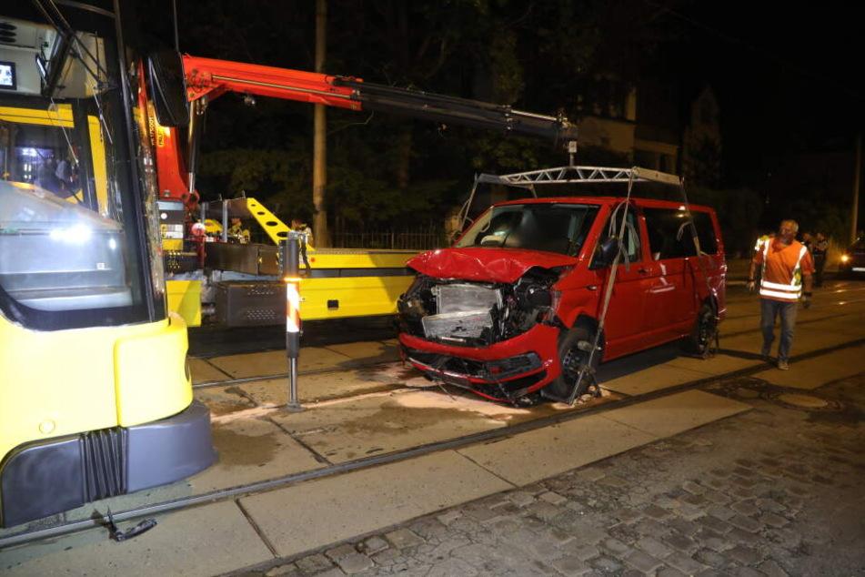 Der VW Bus musste abgeschleppt werden, die Bahn war ebenfalls nicht mehr fahrbereit.