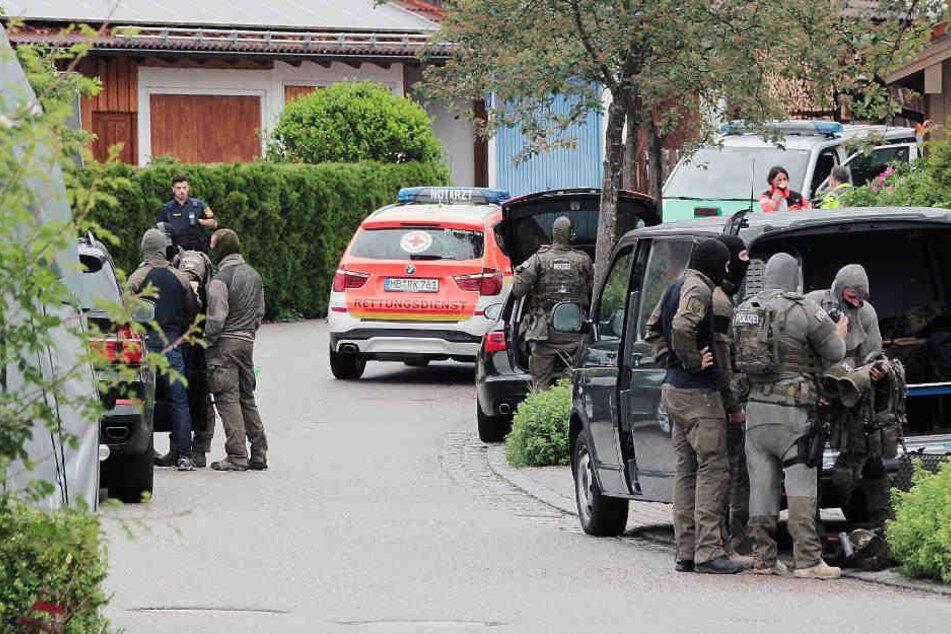 Eine psychisch kranke Frau hat in Feldkirchen-Westerham Polizisten mit einer Axt angegriffen.