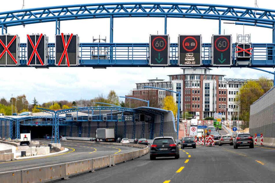 Der Verkehr von der Autobahn A7 fährt aus Richtung Süden in den Lärmschutztunnel bei Stellingen ein.