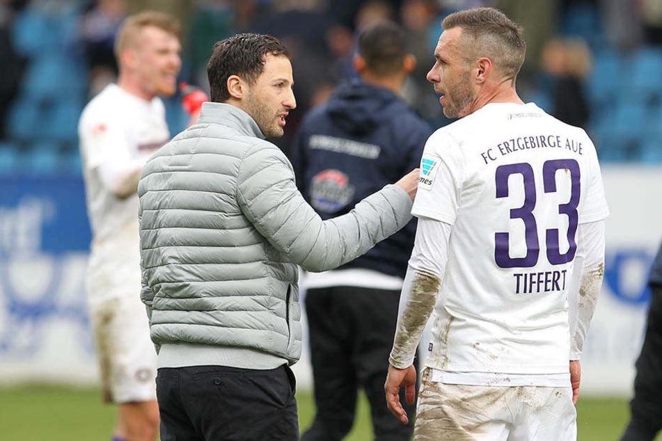 Auch nach den Spielen gibt es noch viel zu Diskutieren für Aues Trainer (rechts: Christian Tiffert).