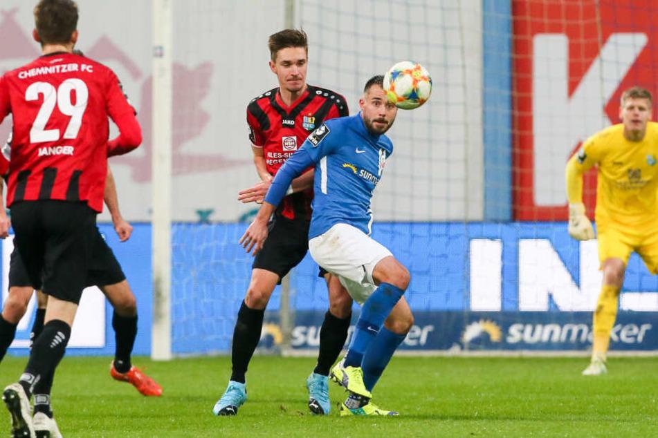 Sören Reddemann (hinten) hatte Rostocks Torjäger Pascal Breier in dieser Szene im Griff. Breier gelang zwar die Führung für Hansa, mehr ließ die CFC-Defensive aber nicht mehr zu.