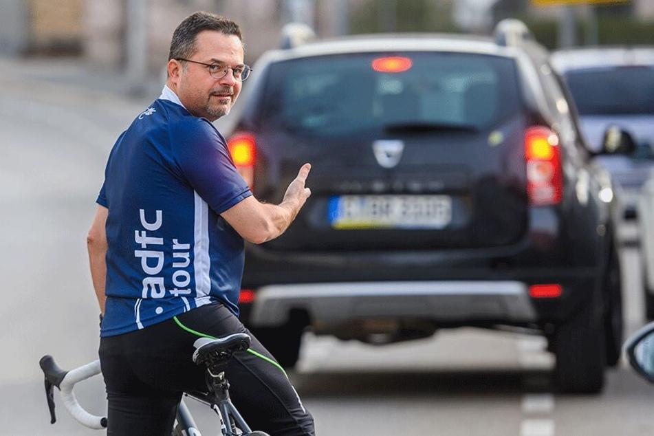 ADFC-Sprecher Thomas Lörinczy (48) schimpft über parkende Autos auf Radwegen.